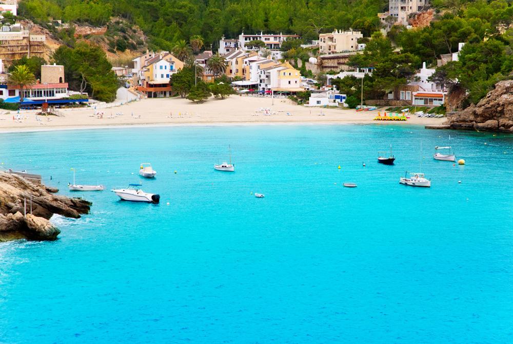 Kelionė į Ibizą (egzotinės kelionės) Cala Vadella in Ibiza island with turquoise water